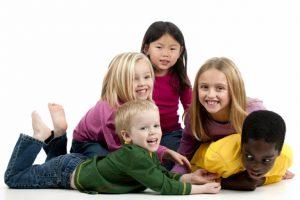 fonds-ecran-groupe-enfants-qui-s-amuse-02-768x512